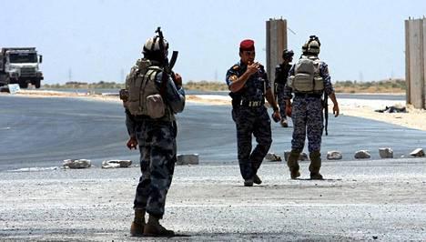 Irakin turvallisuusjoukkot partioivat Karbalan ja Ramadin kaupunkien lähistöllä samanaikaisesti, kun islamistimilitantit raportoivat uusista aluevaltauksista Irakissa.