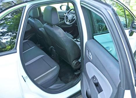 Takana on tila-automaisesti ihan hyvin tilaa, mutta kolmen aikuisen istuutuessa taakse tunnelma tiivistyy sivusuunnassa epämiellyttävän ahtaaksi.