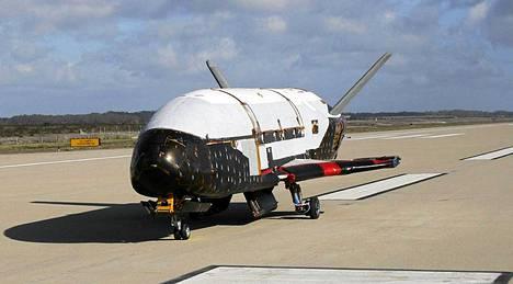 X-37B on miehittämätön. Maata kiertävällä radalla toimiva alus.