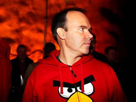 Vesterbacka tutuksi tulleessa Angry Birds -hupparissa. Kuva uudesta vaatekappaleesta on jutun lopussa.