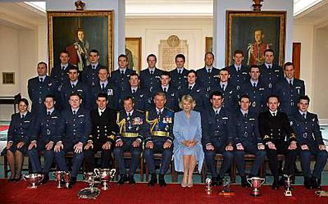 Prinssi Charles ja herttuatar Camilla osallistuivat valmistuvan kurssin yhteiskuvaan. Prinssi William toisen rivin ensimmäisenä oikealla.