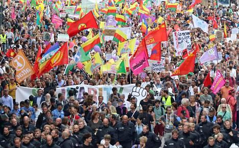 Tuhannet osallistuivat mielenosoituksiin lauantaina. Kuva otettu Rajatonta solidaarisuutta G20:n sijaan -marssilta.