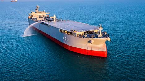 Iranin Makran-sota-alus on yli 200-metrinen entinen öljytankkeri, joka on muunnettu kelluvaksi tukikohdaksi. Kuva sotaharjoituksista viime tammikuulta.