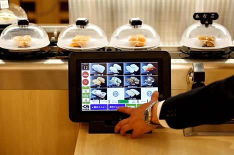 Japanilaisessa sushijunaravintolassa voi tilata annoksia sen mukaan, mitä haluaa itse syödä.