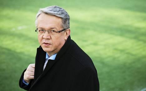 Nykyinen perhe- ja peruspalveluministeri Juha Rehula on neljäs ministeri, jonka pöydällä puoskarilaki on.