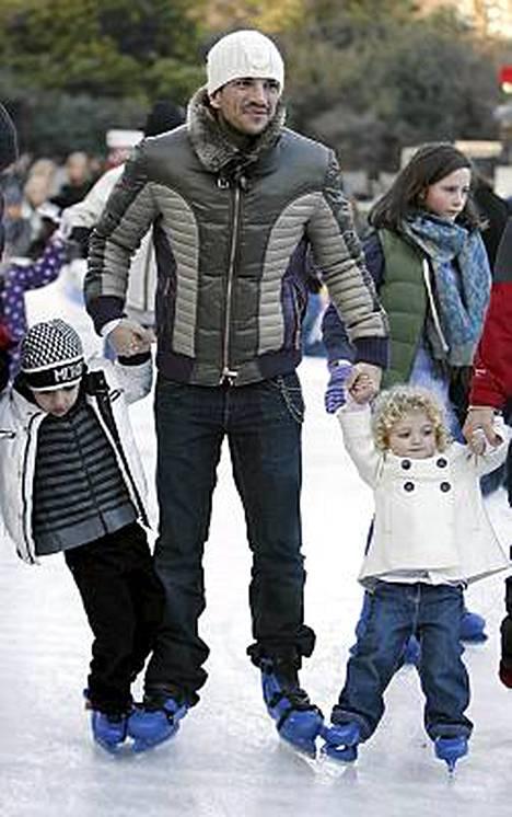 Laulaja Peter Andre ja lapset Princess Tiamii ja Junior Sawa.