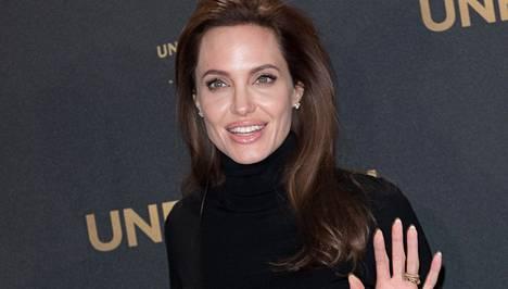 Angelina Jolieta haukutaan julki tulleissa sähköpostiviesteissa hemmotelluksi kakaraksi.