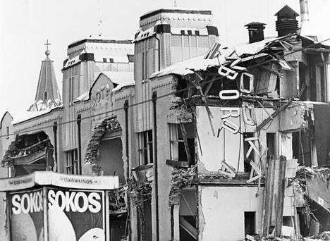 Puolalaisen Wodka Wyborowan valomainos luhistuu, kun hotelli Hamburger Börsin rakennus purettiin Eerikinkadulta Turun Kauppatorin laidalta joulukuussa 1976.