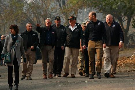 Trumpin seurue kävi katsomassa, minkälaisia tuhoja palot ovat aiheuttaneet.