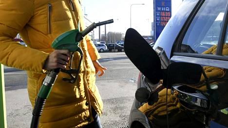 Henkilö tankkaamassa Nesteen huoltoasemalla Sörnäisissä Helsingissä 29. huhtikuuta 2021.
