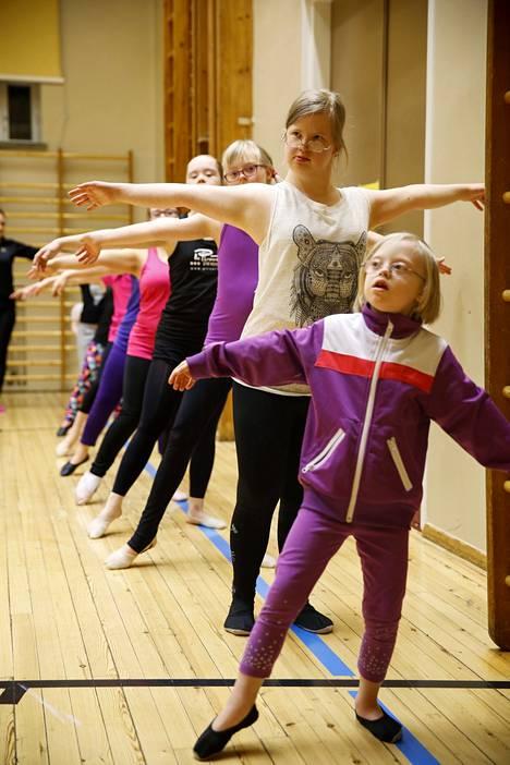 Simonkallion koulun liikuntasalissa opitaan kehonhallintaa ja elämäntaitoja. Kuvassa Ilona (edessä), Tuulikki, Linnea, Saga ja muut tytöt.