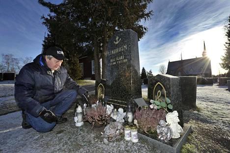 Raimo Jokisalo käy usein vuosi sitten menehtyneen siskonpoikansa haudalla. Ikävä on kova.