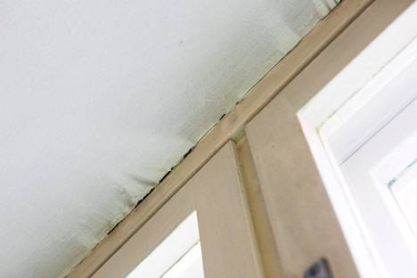 Tämän huoneen vanhat ilmanvaihtoluukut on aikojen saatossa muurattu kiinni. Korvausilmaa on tullut karmien ja ulkoseinän välistä.