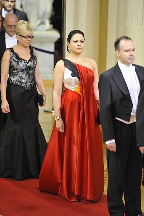 Rovio-yrityksen Peter Vesterbacka ja vaimo Teija itsenäisyyspäivän vastaanotolla Presidentinlinnassa 2011. Teijan puvusta kurkkasi tietysti Angry Bird.