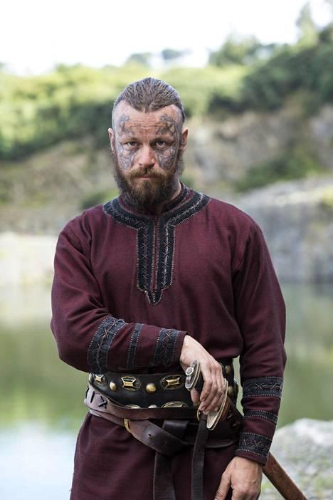 Peter Franzénilla jatkuvat työt Viikingit-sarjan kuvauksissa Irlannissa. Hänen kotielämänsä on Ranskan maaseudulla, jossa perhe elää luonnon ehdoilla.