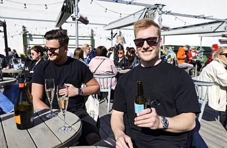 Ilppo Rissanen nautti aurinkoisesta säästä Lasipalatsin terassilla.