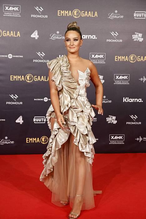 Nelli Matula edusti Mert Otsamon suunnittelemassa kultaisessa iltapuvussa ja nappasi 22 prosenttia annetuista äänistä.