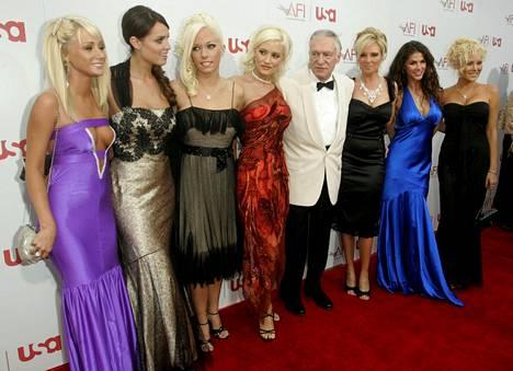Hefner naisten ympäröimänä Hollywoodissa vuonna 2006.