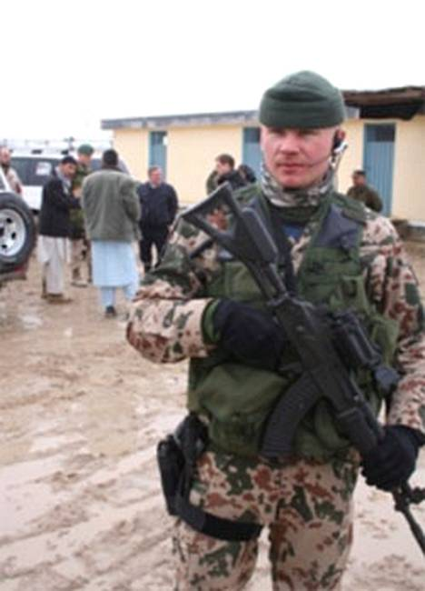 Kersantti Petri Immonen kuvattuna Maimanassa maaliskuussa, jolloin hän johti paikallisessa vankilassa käyneen Suomen suurlähettilään vierailun turvajärjestelyjä.