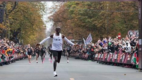Kenian Eliud Kipchoge juoksi lokakuussa maratonin ensimmäisenä ihmisenä alle kahden tunnin. Hän käytti Niken Alphafly-prototyyppikenkiä.