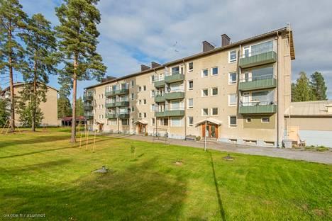 Jämsässä myydään kerrostaloasuntoa, jossa on neljä huonetta ja keittiö sekä parveke. Asunto sijaitsee noin kilometrin päässä Kaipolan suljetusta paperitehtaasta. Hintapyyntö on 17900 euroa.