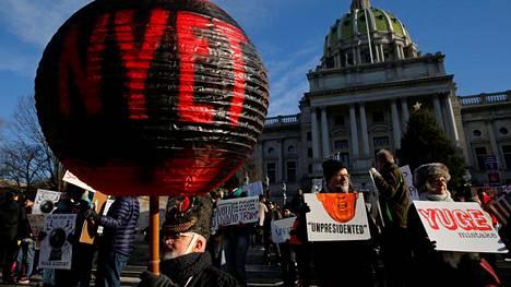 Pennsylvanian pääkaupungissa Harrisburgissa oli ennen joulua mielenosoitus, jossa Trumpin valinta yhdistettiin venäläisten hakkerointiin.