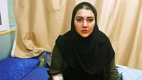 Suomalais-iranilainen Ana kertoo tulleensa pidätetyksi lomaillessaan Teheranissa vanhempiensa kanssa. Kuva on otettu sairaalassa pian Anan vankeusajan jälkeen.