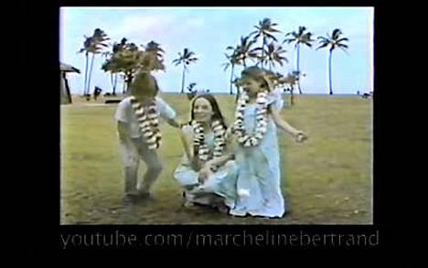 Angelina Jolie ja hänen veljensä James edesmenneeen äitinsä Marcheline Bertrand kanssa YouTuben videolla.