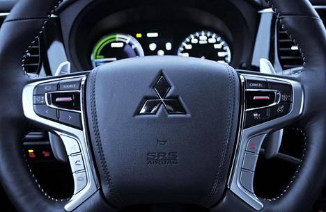 Pyöreistä päämittareista varsinkin vasen tarjoaa paljon informaatiota auton energiankäytöstä.