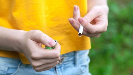 Suomalaistutkimuksessa havaittiin, tupakoivien sairastumisriski lukinkalvonalaiseen verenvuotoon on suurentunut.
