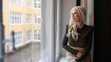 – En syytä kumpaakaan vanhemmistani, enkä ole heille vihainen, Linda Lampenius, 51, sanoo.