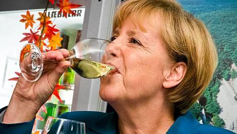 Angela Merkel nautti sunnuntaina viiniä CDU-puoleen kannattajien keskuudessa.