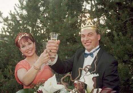 Vastakruunatut kuninkaalliset Niina Päivänurmi ja Matti Korkiala nostavat maljan voiton kunniaksi.
