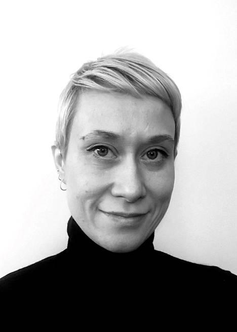 Janni Vepsäläinen on valmistunut muotisuunnittelun kandidaatiksi Lahden muotoiluinstituutista ja maisteriksi Lontoon Royal College of Artista. Töitä hän on tehnyt muun muassa huippumuotimerkeillä Givenchylla ja The Row'lla. Viimeiset kolme vuotta hän on toiminut JW Andersonin Senior Knitwear Designerina.