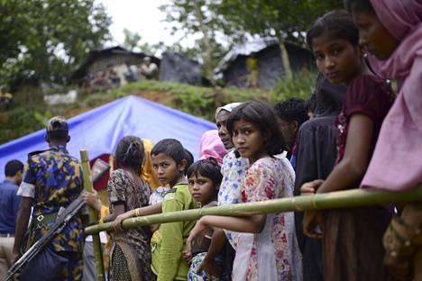 Heistä kriisissä on kyse: YK:n edustaja on kuvannut rohingyoja kansaksi, jolla on todennäköisesti vähiten ystäviä maailmassa. Pakolaiset jonottivat ruokaa Ukhiyan pakolaisleirillä Bangladeshissa.