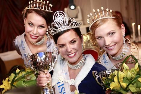 Satu Tuomisto valittiin vuoden 2008 Miss Suomeksi. Vasemmalla toinen perintöprinsessa Jaana Taanila ja oikealla ensimmäinen perintöprinsessa Susanna Mustajärvi.
