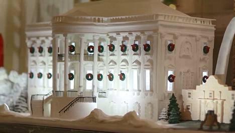 Valkoisesta talon piparkakkutalot ovat todellisia taidonnäytteitä.