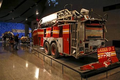 Paloauto, josta jäi vain puolet ehjäksi.