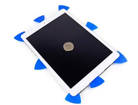iPad Airin avaamiseen tarvittiin koko joukko plektroja.
