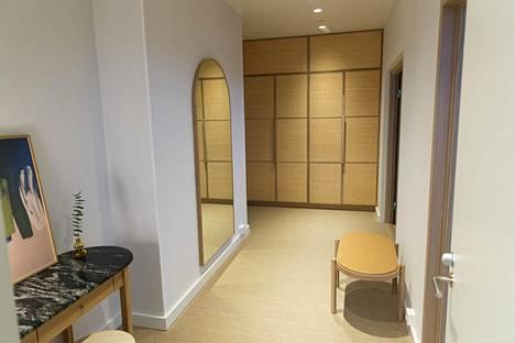 Sviitissä on kaksi huonetta, kylpyhuone ja aula. Materiaalit ja sävymaailma ovat luonnonläheisiä.