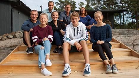 """Jere ja Jaana Lehtisen perheen """"onnen paikka"""" sijaitsee meren rannalla. Huvila&Huussin tiimi auttaa perhettä pihan pulmissa."""