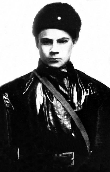 Talvisodan aikana Mauno Koivisto toimi vapaaehtoisena sammutusyksiköissä kotirintamalla. Kuvassa 16-vuotias Koivisto vuonna 1939.