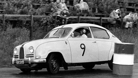 Ei ollut sämpylä-Saab mikään lelu vaan kovan luokan kilpa-auto pienellä, alle 900 kuutiosentin kaksitahtisella moottorillaankin. Mestarikuski Simo Lampinen taiteilee 500-rallin väistökokeessa Saabillaan heinäkuussa 1962.
