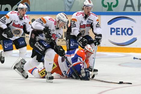 Lauri Korpikoski TPS:n riveissä syyskuussa 2004. Vierellä joukkuetoveri Markus Seikola ja jäissä Tapparan Petri Kontiola.