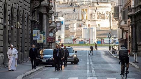 Vatikaani julkaisi kuvia Rooman autioilla kaduilla sunnuntaina vaeltaneesta paavi Franciscuksesta.