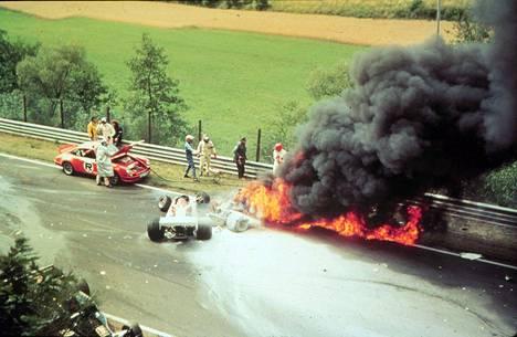 Ilman kilpatovereidensa apua Niki Lauda olisi kuollut liekkimereksi leimahtaneeseen Ferrariinsa elokuussa 1976.