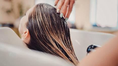 Oma ruskea väri ei olekaan enää kauhistus vaan trendi. Blondi puolestaan sävytetään nyt esimerkiksi kultaan taittavaksi.