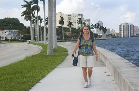 Maiju kuntoilee tekemällä monien kilometrien kävelylenkkejä päivittäin. Pariskunnan asunto sijaitsee vaaleassa kerrostalossa Intracoastal vesiväylän reunalla Floridan West Palm Beachissä.