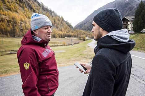 Markus Cramer (vas.) on mullistanut Venäjän hiihtovalmennusta. Kuvassa saksalaisluotsi toimittajan haastateltavana lokakuun harjoitusleirillä Val Senalesissa.