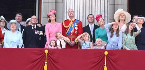 Flora (toinen oikealta takarivissä) on nähty useita kertoja Buckinghamin palatsin parvekkeella kuningatar Elisabetin syntymäpäiväparaatin yhteydessä.